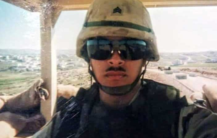 Ivan Ocon pulls guard duty while deployed to Jordan in 2003. Photo courtesy of Ocon.